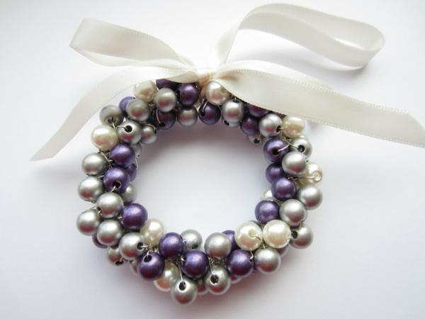 weiße weihnachtsdeko - kranz aus perlen und eine weiße schleife