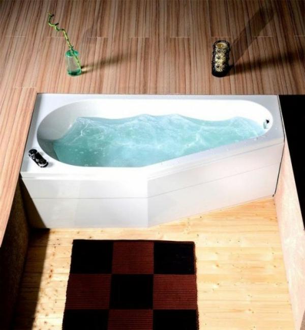 raumsparende-badewannen-mit-schürze - ein quadratischer teppich daneben