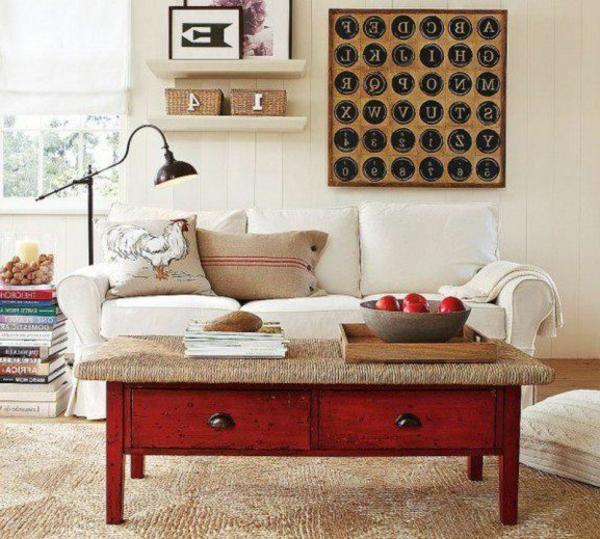 retro-couchtisch-mit-schubladen im gemütlichen wohnzimmer mit einem weißen sofa