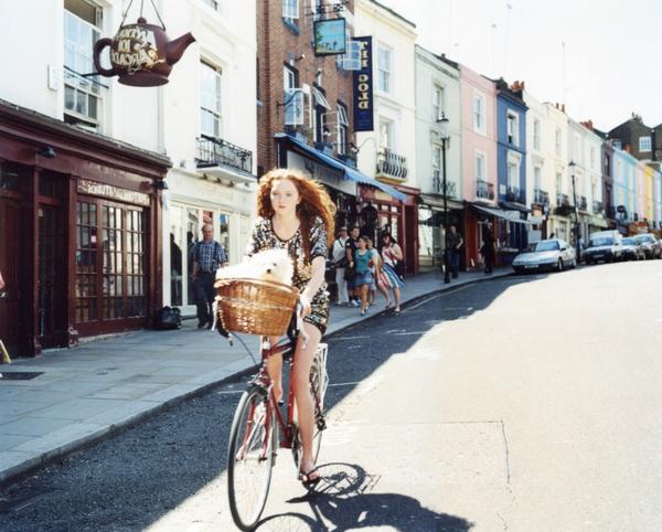 retro-fahrräder-auffälliges-foto von einer jungen frau