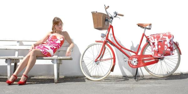 retro-fahrräder-foto-mit-einem-mädchen