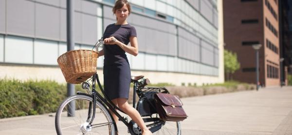 retro-fahrräder-klassisches-modell - eine schöne frau darauf
