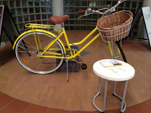 retro-fahrräder-süßes-design mit einem praktischen korb