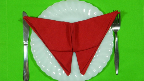 rote-servietten-falten-weihnachten-dekoration-sehr-interessant