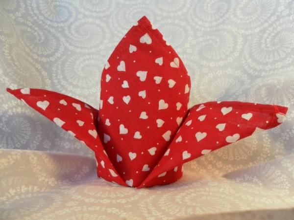 rote-und-weiße-servietten-falten-weihnachten-dekoration