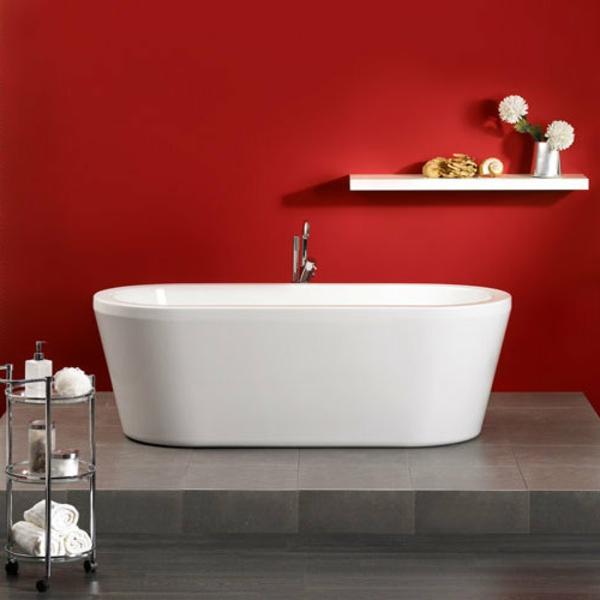rote-wände-und-weiße-badewanne-mit-schürze-im-schönen-bad