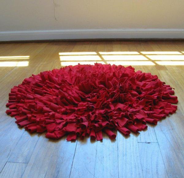 roter-runder-teppich-sehr-weich-und-süß-aussehend