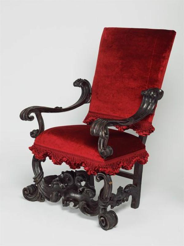 rotes-schickes-modell-vom-sessel-aus-samt-mit-aristokratisch-wirkenden-griffen
