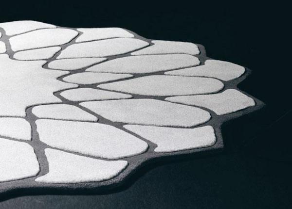 runder-teppich-in-weiß-und-grau