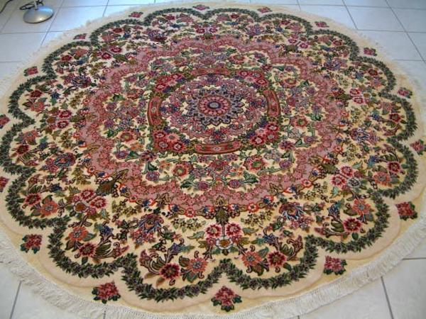 runder-teppich-schönes-aussehen-viele-dekorative-motive