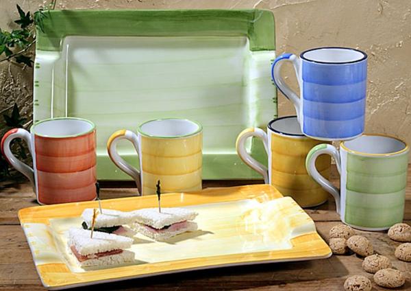 süße-espresso tassen-in-bunten-farben- neben tellern