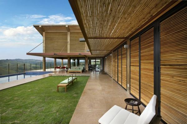 schöne-und-grüne-Terrasse-auf-dem-Land