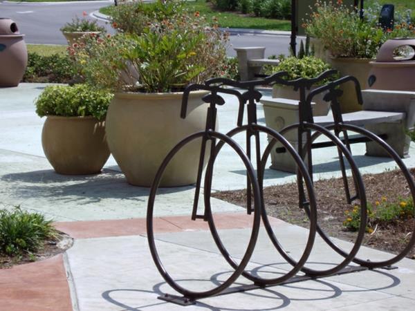 schöner-Fahrrad-Ständer-in-schwarzer-Farbe