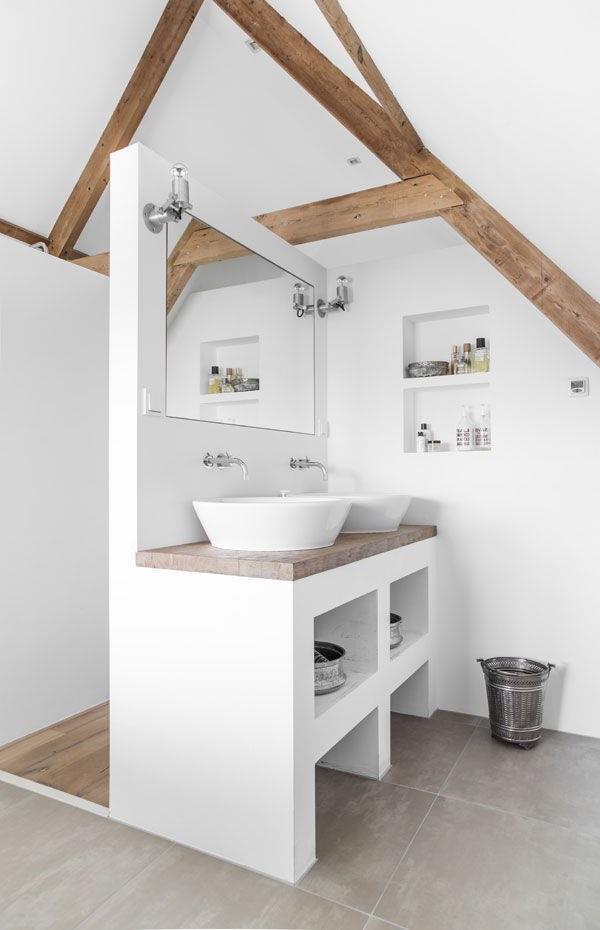 schönes-Badezimmer-in-weißer-Farbe