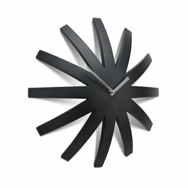 schwarze-Uhr-Kreative-Wandgestaltung-mit-coolem-Wanduhr