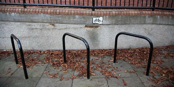 schwarze-schöne-Fahrrad-Ständer