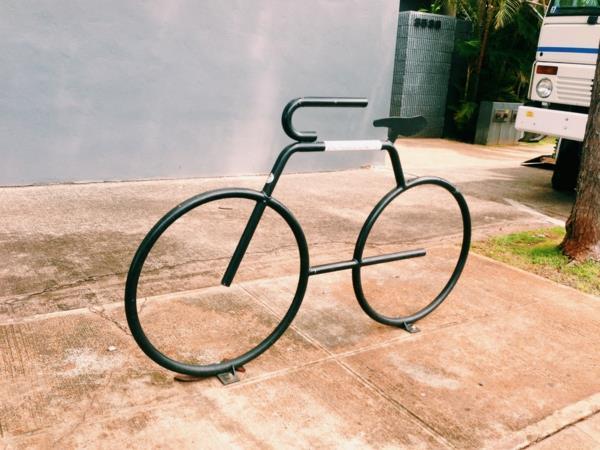 schwarzer-Fahrrad-Ständer-in-Form-eines-Fahrrads