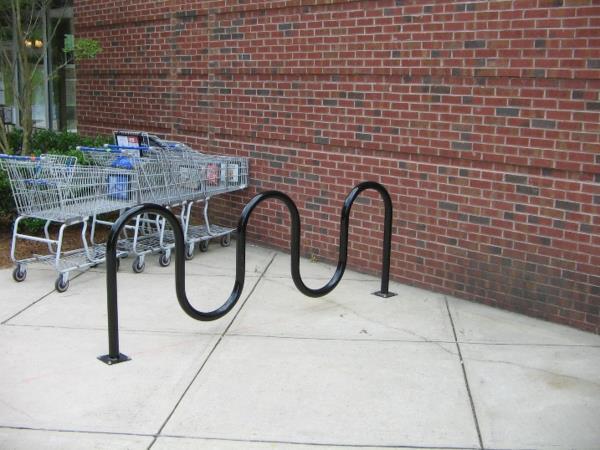 schwarzer-Fahrrad-Ständer-vor-dem-Geschäft