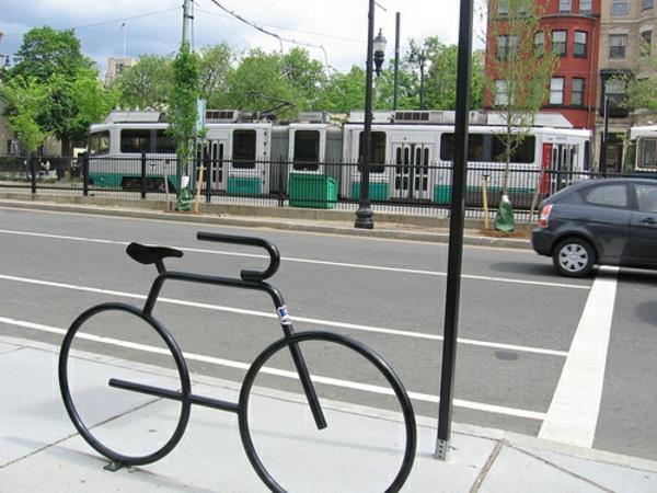 -schwarzer-Fahrrad-Ständer-wie-ein-Fahrrad-ausgeführt