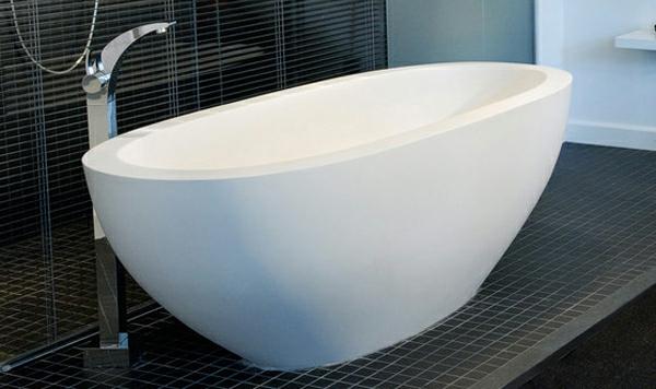 sehr-attraktive-weiße-kleine-badewannen-freistehend