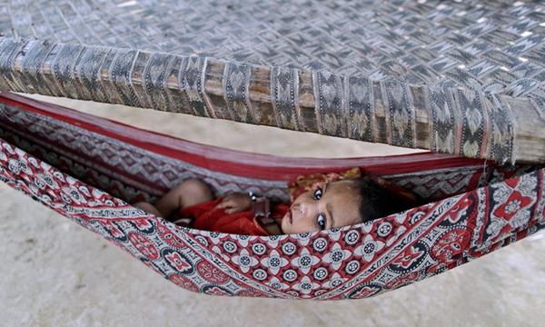 kleines kind in einer hängematte für babys - super foto
