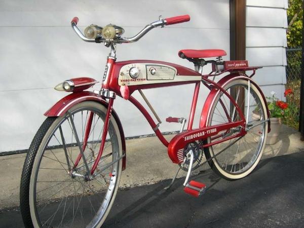 sehr-coole-retro-fahrräder vor der garage