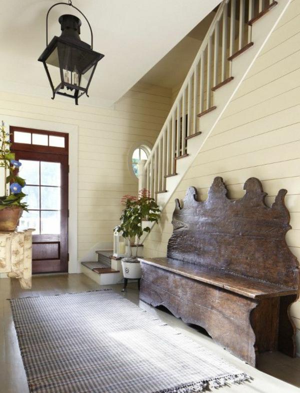 sehr-originelle-Sitzbank-aus-Holz-für-einen-tollen-Flur