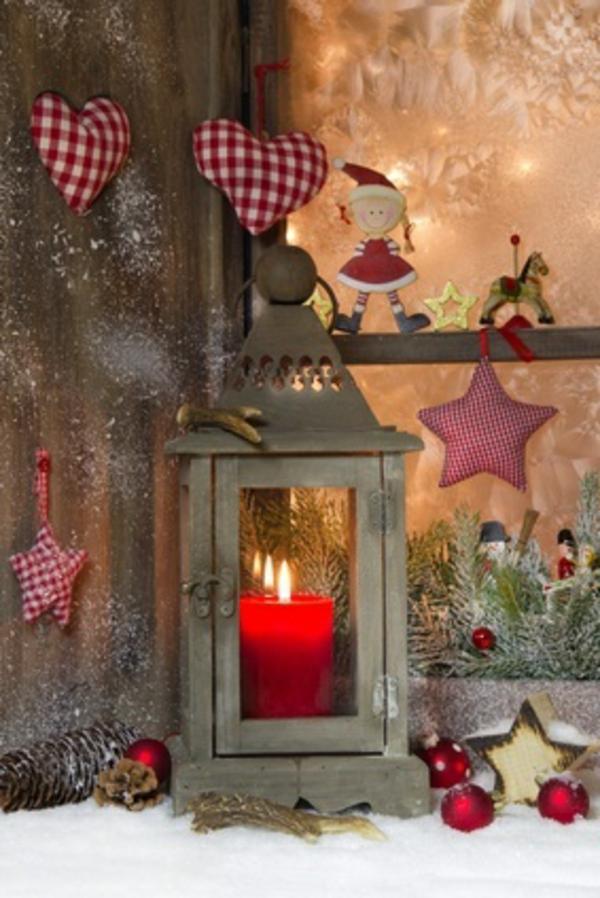 originelle weihnachtsdeko am fenster - puppen und herzen
