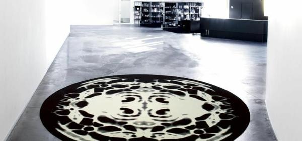 sehr-schöner-runder-teppich-im-modernen-wohnraum