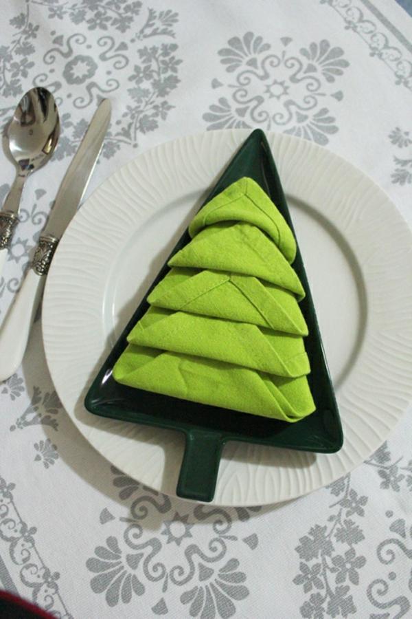 servietten-falten: weihnachten -dekoration-ein-grüner-eichenbaum
