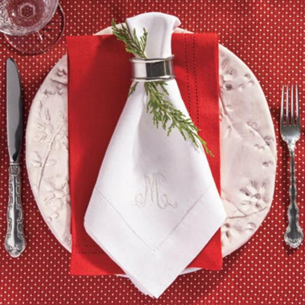 servietten-falten-weihnachten-dekoration-foto-von-oben-genommen