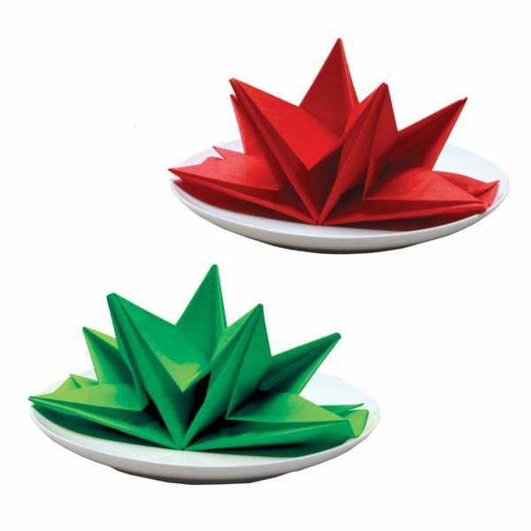 servietten-falten-weihnachten-dekoration-grün-und-rot-weißer-hintergrund
