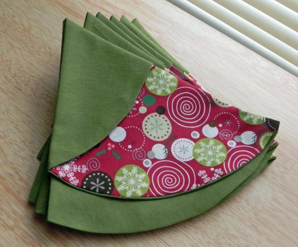 servietten-falten-weihnachten-dekoration-grüne-und-rosige-farbe