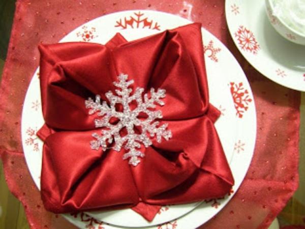 servietten-falten-weihnachten-dekoration-rote-farbe