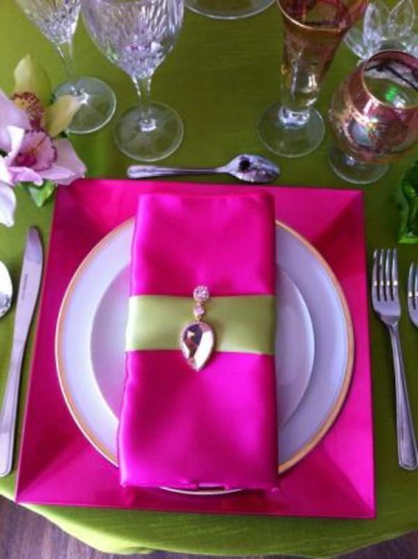 servietten-falten-weihnachten-dekoration-zyklamenfarbe
