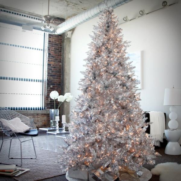 weiße weihnachtsdeko - im großen zimmer mit einem tannenbaum