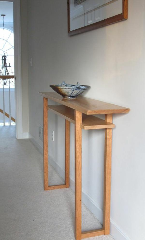 stilvoller-Holztisch-in-dem-Flur