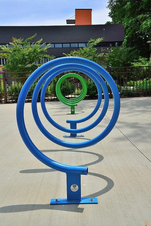 super-cooler-Fahrrad-Ständer-in-Blau