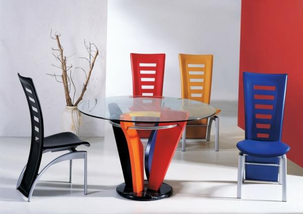 super-inspirierende-bunte-küchenstühle - um einen runden tisch aus glas