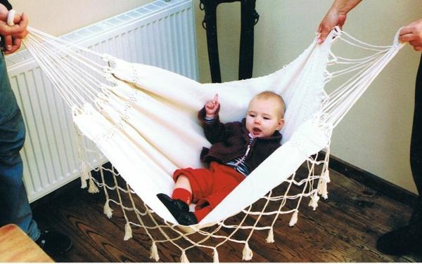 super-lustiges-foto-von-einem-kleinen-baby-in-einer-baby-hängematte