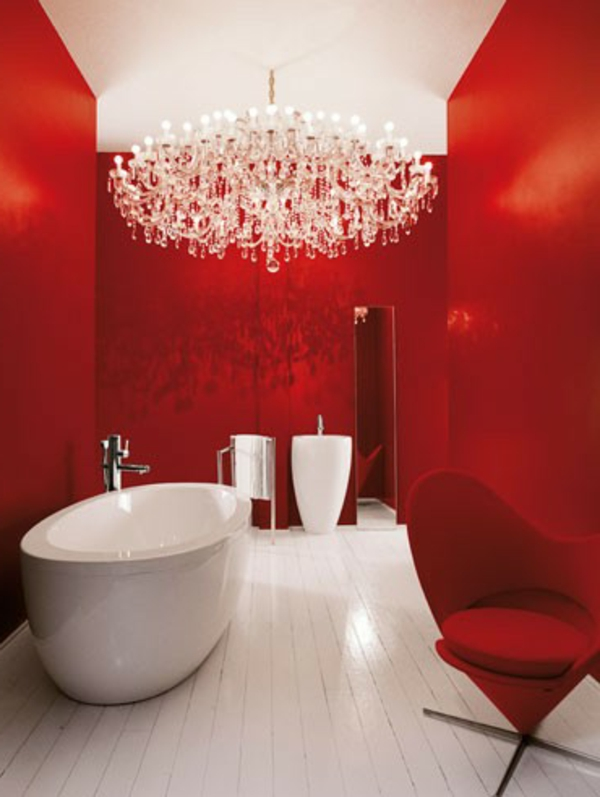 super-luxuriöse-badewanne-mit-schürze - im bad mit einem kristallleuchter