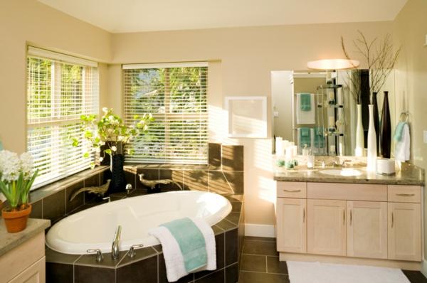 kreative badezimmer gestaltung - schöne eckbadewanne und jalousien