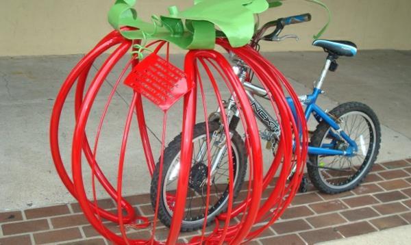 super-schöner-Fahrrad-Ständer-in-Form-einer-Tomate
