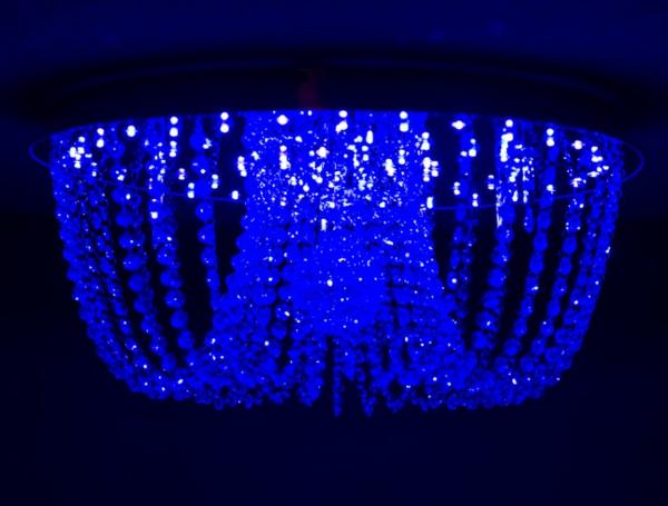 super-schicke-blaue-led-deckenlampe