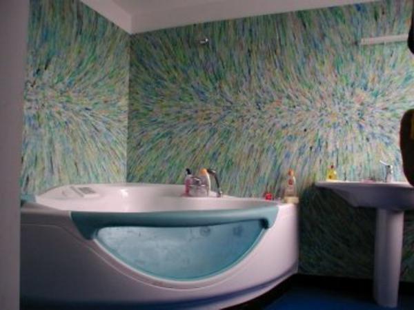 super-schicke-eckbadewanne im badezimmer mit auffälliger wandgestaltung