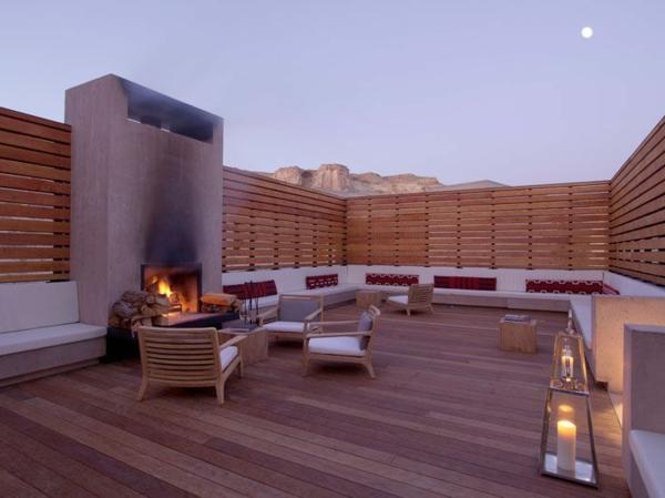super-toll-gestaltete-Terrasse-mit-Holzboden-moderne Terrassengestaltung