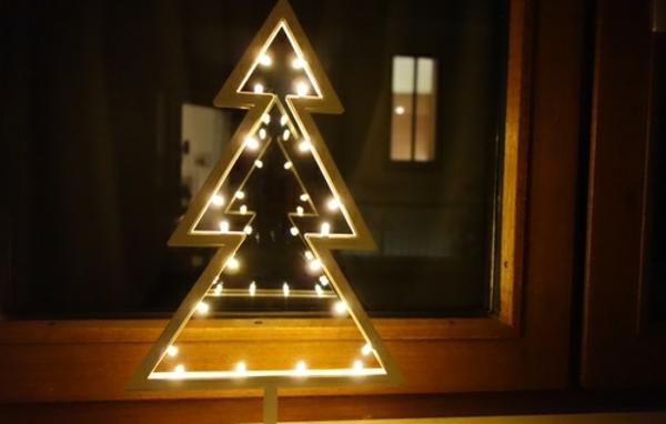 tannenbaum-leuchtend-fensterdeko-zu-weihnachten