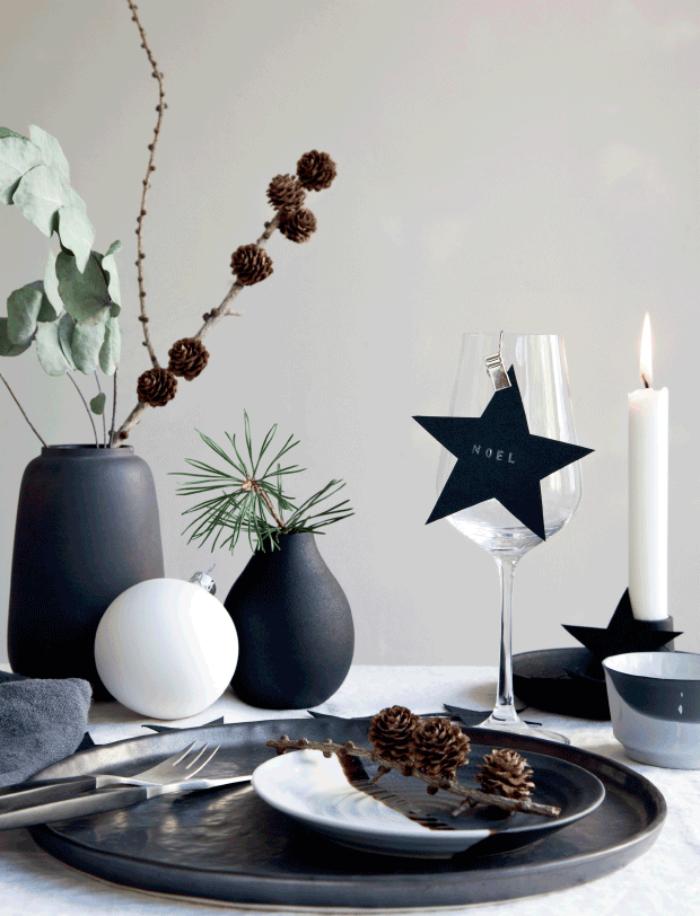 tischdeko wiehanchten, weihnachtliche dekoration in schwarz und weiß, tannenzapfen