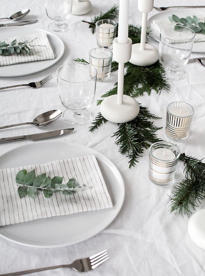 tischdeko wiehanchten, weihnachtliche tischdekoration in weiß und grün, gestreifte kerzenhalter
