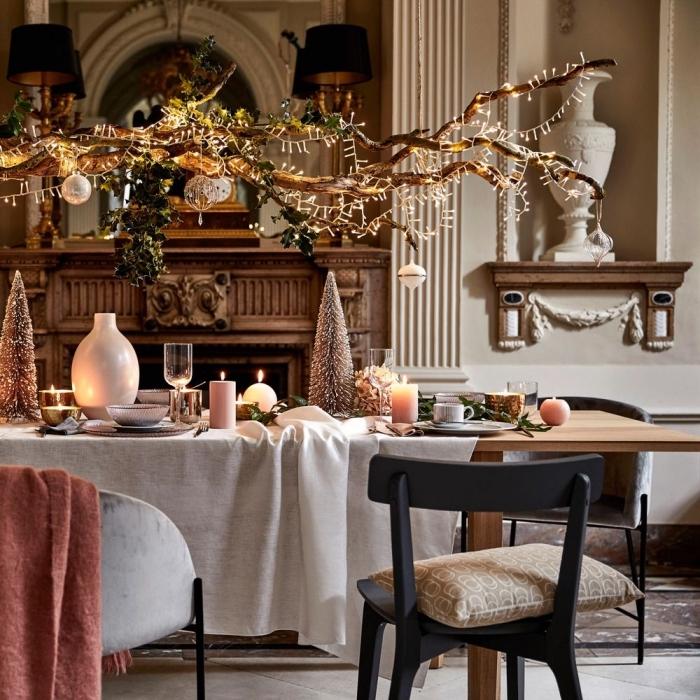 tischdeko zu weihanchten, festliche dekoration in gold und pastellfarben, große hängende mobile